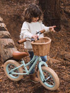 Bicicleta de aprendizaje con cesta